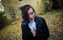 Narkomanka Katka zdokumentu režisérky Heleny Třeštíkové je stále naživu. Sdrogami nepřestala, vypadá opravdu bídně a zestárla o desítky let. V úterý se objevila na pražské Bulovce, kde pověděla muži, který Katku poznal a vyfotil, o svém životě.