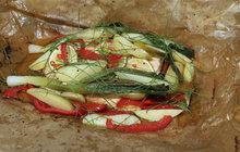 Ryba a zelenina. Co zdravějšího a lehčího si lze na léto představit? Šéf kuchyně Aha! pro ženy Michal Řezáč tentokrát představuje jednoduchý recept na lososa, který se peče vpergamenu spolu se zeleninou a limetkami. Ten správný říz pak dodá kapka alkoholu… Dobrou chuť!