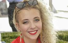 Byla hvězdou soutěže Tvoje tvář má známý hlas, kde všem ukázala, že má talentu na rozdávání a rozhodně svým rodičům, Dádě Patrasové a Felixi Slováčkovi, neudělá ostudu. Anička Slováčková (21) je neustále v jednom kole, a i když jsou prázdniny, zkouší muzikál Janka Ledeckého Iago, a také točí seriál Ordinace v růžové zahradě, kde se nově objeví jako sestřička Radka.