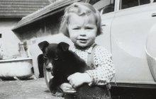 Narodila se sice za tuhého komunismu a několik měsíců po jejich desátých narozeninách došlo v Československu k násilnému potlačení Pražského jara a nastala normalizace, která trvala do Sametové revoluce v roce 1989, herečka ale na své dětství vzpomíná ráda. A to i přestože nevyrůstala v nejšťastnějším období českých dějin.
