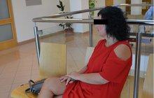 Až pět let vězení hrozí bývalé civilní zaměstnankyni Krajského ředitelství policie ve Zlíně. Jana B. (42) tam pracovala 24 let, aniž měla maturitu. Podle obžaloby dodala falešné maturitní vysvědčení, aby dostala vyšší plat.