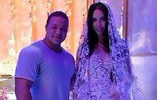 Oligarcha Alexej Šapovalov (41) se oženil snádhernou modelkou Xenii Tsaritsinou (27) a rozhodně na tom nešetřil. Jenom za snubní prsten zaplatil neuvěřitelných 200 milionů. Nevěsta neměla jedny luxusní svatební šaty, ale hned dvoje!