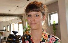 Ze světového mistrovství vpřípravě filtrované kávy vBudapešti si nedávno přivezla celkové šesté místo. Mezi ženami však neměla trojnásobná národní šampionka Petra Střelecká (28) konkurenci! Skvělou baristkou se stala vLondýně a dnes říká, že byste vkavárně měli dostat lahodný nápoj, s nímž je třeba si pohrát. Spřítelem Adamem (27) provozují vBrně kavárnu Industra Coffee. Napoprvé ji mezi šedými sklady bývalých továren budete muset trochu hledat, ale pak se sem určitě budete rádi vracet stejně jako další milovníci kávy zcelé republiky i ze Slovenska.
