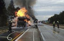 Cestu kamionu plně naloženého melouny zastavil požár! Hořící nafta na 36. kilometru dálnice D1 pokryla vozovku.