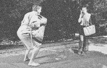 Polonahý ničema číhal v létě 1937 v různých pardubických parcích, kde přepadával dospělé ženy, mladé dívky, ba i školačky. Honil je mezi stromy a odvážil se až do městských ulic.