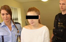 Údery paličkou na maso rozbila hlavičku novorozené dcerce. Nožem jí pak ještě po utajovaném porodu propíchla krk. Matka Kateřina M. (20) si na soud počká ve vazbě.
