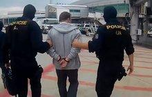 Hledaného podvodníka (42) přepravila včera policie z Thajska do České republiky.