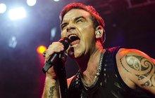 Vyprodaný koncert současného krále evropského popu měl leteckou předehru. Robbie Williams (43) totiž dostal speciální dárek.