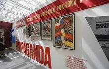 Před domem tanky, hlaveň kulometu namířená do obličeje! I tak vypadalo ráno běžných lidí 21. srpna 1968. Výbuchy a střelba na Národní muzeum, obavy o budoucnost... Vrátit se v čase a podívat se na běžný život v období normalizaci lze ode dneška v novém prostoru Muzea komunismu.