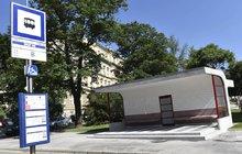 S velkou slávou v červnu otevíralo Brno rekonstruovaný architektonický skvost z roku 1926 – zastávku na Obilním trhu. Oprava měla zachovat její věrnou podobu, nyní to vypadá na pořádnou ostudu!