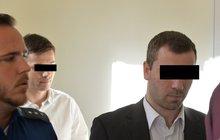 Nejdřív se tvářili jako zákazníci, pak obsluhu brutálně zbili a spoutali. Až patnáct let vězení hrozí šesti mužům ze zemí bývalého Sovětského svazu, kteří se podíleli na loupeži luxusních hodinek v pražské prodejně. Dva se včera u soudu přiznali.