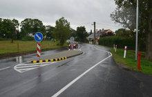 Silnice v Kolové: Čáry zmizely, přibyly patníky ...   po článku v Aha!