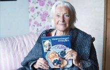 Před několika dny oslavila 88. narozeniny, a i když jí vynechává paměť, nepřestává žít. Květa Fialová, nezapomenutelná Tornádo Lou zfilmu Limonádový Joe, již dva roky a čtyři měsíce bydlí vprůhonickém Alzheimercentru. Ani tam však nezahálí a dokonce se vrhla na psaní.