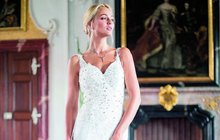 Vyzkoušela si, jaké to být nevěstou. A ne obyčejnou! Miss Earth Tereza Fajksová (28) si pro focení oblékla diamantové šaty v hodnotě 8 milionů korun. Jsou pošity 89 drahokamy a váží 7 kilogramů.