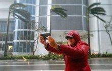 Místo útěku si před hurikánem fotí selfie: Idioti provokují smrt!