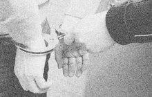 Tomu se říká smůla. Cizích peněz chtivý teenager (16) si na vlakovém nádraží ve Staré Pace na Jičínsku v květnu 1986 vyhlédl o něco mladšího kluka (15). Chtěl ho oloupit. Jenže jeho oběť neměla ani korunu...