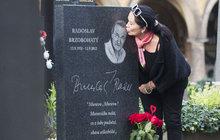 Věnovala mu vroucí polibek. Je to pět let, co den před svými narozeninami zemřel Radek Brzobohatý (+79), a jeho manželka Hana Gregorová (65) nezapomněla.
