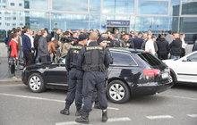 Válka taxikářů na letišti v Praze!
