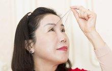 Většina žen touží po tom mít co nejdelší řasy a neváhá si kvůli tomu nalepovat umělé nebo si je nechat prodlužovat. Ale mít je jako Číňanka Jou Ťien-sia, o to snad nemůže stát nikdo. Vždyť tahle dáma z Šanghaje má řasy dlouhé 12,4 cm!