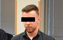 Skleněnými láhvemi tloukl po hlavě svou babičku (†60) Jakub Š. (18), a pak jí dvěma noži zasadil sto ran. Za otřesnou vraždu, kterou spáchal loni v listopadu v jejím bytě v Dubí, ho včera soud potrestal 17 lety vězení.