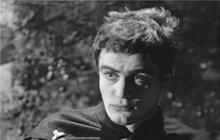 Emigrací v roce 1977 Jan Tříska (†80) nadělal vrásky filmařům i producentům, odjel uprostřed prázdnin a už se nevrátil. Jaroslav Dietl například musel přeobsadit kultovní nemocnici. Místo Třísky do role mladého Sovy napsal Ladislava Freje. A v dětském filmu Jak se točí Rozmarýny přetáčeli celé scény, aby nebyl vidět na plátně...