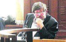 Nevěnoval se řízení auta! To byla podle soudu příčina tragédie, kterou loni na Pelhřimovsku zavinil známý sexuolog Petr Weiss (62). Ten za nehodu včera dostal podmínku a dvouletý zákaz řízení.