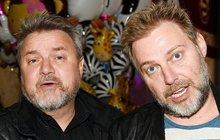 Populární pěvecké a moderátorské duo Těžkej Pokondr chce odejít z rádia Frekvence 1! Miloš Pokorný (53) a Roman Ondráček (51, oba na snímku) tvrdí, že jim šéfové cenzurují hosty.