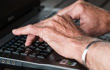 Bolest kloubů pocítí během života snad každý. Ne vždy musí jít o vážné onemocnění, není ale radno je podceňovat. Revmatická onemocnění (lidově nazývaná revma) zahrnují celou řadu diagnóz, jako je například artritida. Ta vEvropě až 120 miliónů lidí a zdaleka není záležitostí starších lidí, ale postihuje všechny věkové kategorie, děti nevyjímaje. Jak revmatická onemocnění poznat? Jaké jsou možnosti léčby? Poučte se příběhy pacientů…