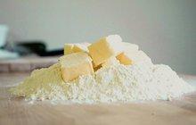 Máslo je čím dál dražší a jeho cena se u nás vprůměru vyšplhala už na více než 57 korun! A ke konci roku bude možná ještě hůř! Přitom bez másla si mnohé hospodyňky pečení a vaření neumí vůbec představit. A což teprve takový dokřupava upečený chleba. Copak je vůbec možné si pod slaďoučký med nebo domácí marmeládu namazat poctivou vrstvu něčeho jiného? Aha! pro ženy se vás pokusí přesvědčit, že bez másla to také jde. Do bábovky můžete místo něj přidat jogurt nebo kefír, ale nahradit se vkuchyni dá třeba i tofu, jablečným pyré, banánem a mnoha dalšími surovinami. A pečivo? K němu si můžete místo másla dát chutné pomazánky plné vitaminů a dalších prospěšných látek…