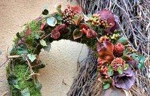 Vyrobte si společně s námi krásné věnce z kůry břízy nebo mechu. Je jedno, jak je nazvete, zda podzimní či jen dekorativní. Každopádně Dušičky se blíží, takže můžete vytvořit i věnec, který pak počátkem listopadu položíte na hřbitově na hrob… Takže si sežeňte slaměné korpusy a může se začít!
