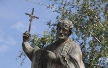 Dlouhých devadesát let skrývala tajemství socha sv. Františka Xaverského v Blatnici pod sv. Antonínkem. Senzační objev udělal až nyní sochař Miroslav Minks (49), který ji opravuje. V základech objevil lahev s tajemným dopisem.