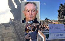 Tohle snad nemyslí vážně! Na pražském Karlově mostě se objevil poutač navádějící případné zájemce k místu, odkud 23. září spadl do Vltavy známý herec.