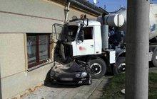Totálně slisovaný osobák a probouraná zeď domu! Takovou spoušť za sebou nechal řidič míchačky, který přehlédl zaparkovaný vůz. Zázrakem nebyl nikdo zraněn.