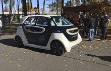 Auto bez řidiče? To už není sci-fi, ale realita! V úterý si takový vůz vyzkoušeli v úterý v Plzni, včera v Praze. Auto díky speciální technologii řídí a parkuje úplně samo.