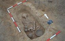 Čtyři tisíce let odpočíval v hrobě na návrší u Rajhradu u Brna nebožtík ze starší doby kamenné. Skrčený na boku, hlavu k východu, u sebe misku a tři džbánky. Teď odkryli jeho hrob brněnští archeologové.