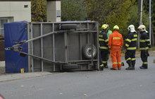 Tragédie se stala včera v Hořovicích na Berounsku. Od auta se tam za jízdy oddělil přívěs, vjel na chodník a srazil seniorku (90).