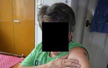 Modřiny na těle a pořádný šok si odnesla z venčení pejska Marie P. (75) z Plzně. Špatně se pohybuje a chodí o holích. Na chodníku do ní strčil opilec tak, že upadla na zem. Štěstí je, že si nic nezlomila.