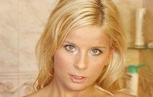 Víte co dělá blondýnka ve skříni?
