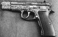 Chodci na jedné nuselské ulici v Praze zaslechli v květnu 1927 z otevřeného okna bytu výstřel. Zburcovali hned strážníky, kteří pak v bytě našli mrtvého Rudolfa Š., inspektora civilní stráže. Zjevně si vzal život střelou do pravého spánku. Jeho žena byla lehce zraněná.