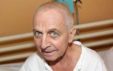 Po smrti maminky se u něho rozjel zákeřný Alzheimer a tak brzy skončil v důchoďáku. Ač se zdejší personál stará seč může, je to hodně smutný pohled...