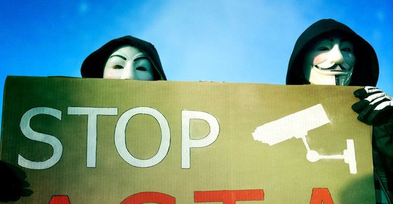 Demonstrace proti ACTA na Klárově v Praze