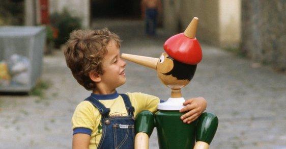 Chlapec s postavičkou Pinocchia