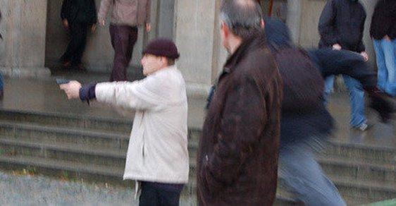 Petr Kalinovský na demonstraci s pistolí