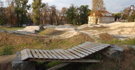 Vyjeďte do terénu v... centru Prahy! Na Štvanici je hřiště pro odvážné cyklisty