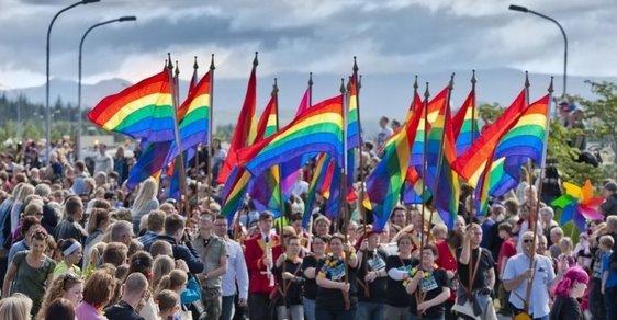 """Gayové a lesby slaví svůj den """"vycházení ze skříně"""""""