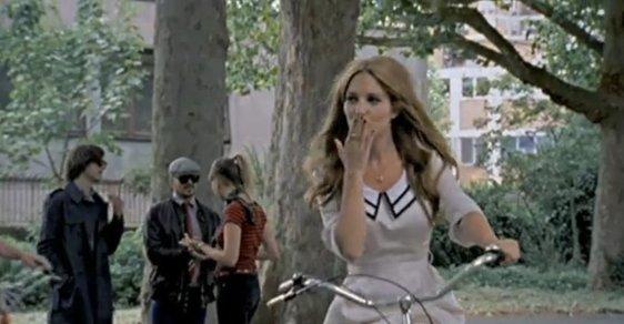 Z klipu Mark Ronson & The Business Intl - The Bike Song