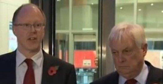 """""""Generální ředitel je zároveň šéfredaktor,"""" říká rezignující generální ředitel BBC (vlevo)"""