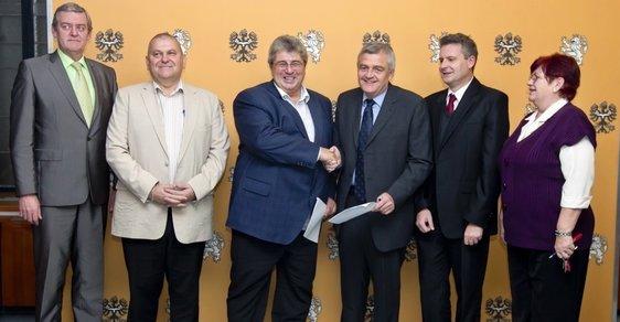 Spokojení a usměvaví zástupci ČSSD a KSČM po podepsání dohody o spolupráci ve Stredočeském kraji.