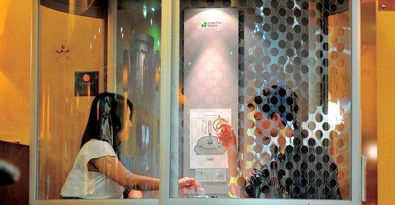 """Kuřáci v izolaci. Stane-li se Hegrův návrh zákonem,  čeští kuřáci budou vyhnáni dospeciálních místností. Musíme myslet za tebe, soudruhu! Vlevo kuřácká """"bouda"""" uvnitř vídeňské letištní kavárny, vpravo kuřácká buňka  na japonském letišti v Kansai."""