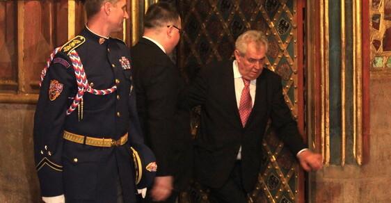 Miloš Zeman vrávoral u korunovačních klenot. Má virózu, říká mluvčí. Odkdy se pěti promile říká viróza?